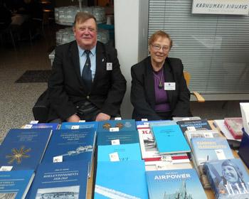 Aarno ja Raija Suomen Ilmailumuseolla myymässä kirjoja keväällä 2015. Taisi olla jo 25 kerta.